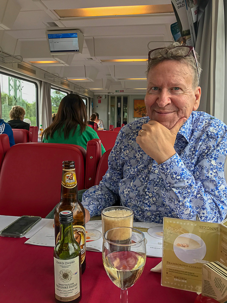Ulf i restaurangvagnen mot Prag Vackra Bellagio vid Comosjön foto Maria Unde Westerberg