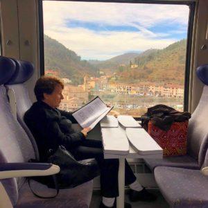 Dam på tåg med noter, foto: Maria Unde Westerberg