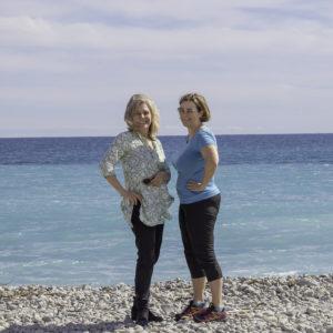 Rivieran inom räckhåll Maria och Kristina stående