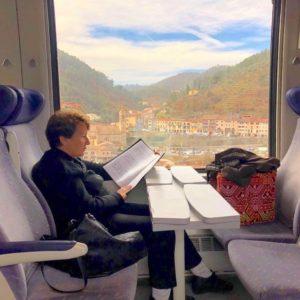 Dam på tåg med noter foto Maria Unde Westerberg