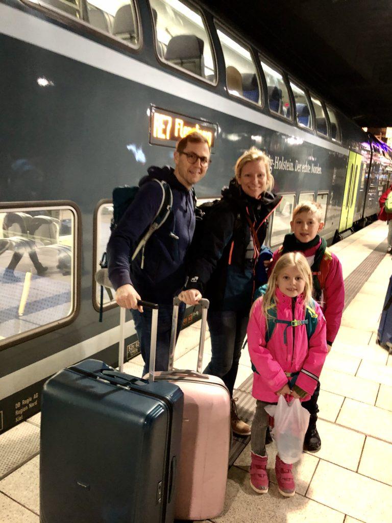 Familjen Holmer på väg mot skidåkning i Zell am See foto Maria Unde Westerberg