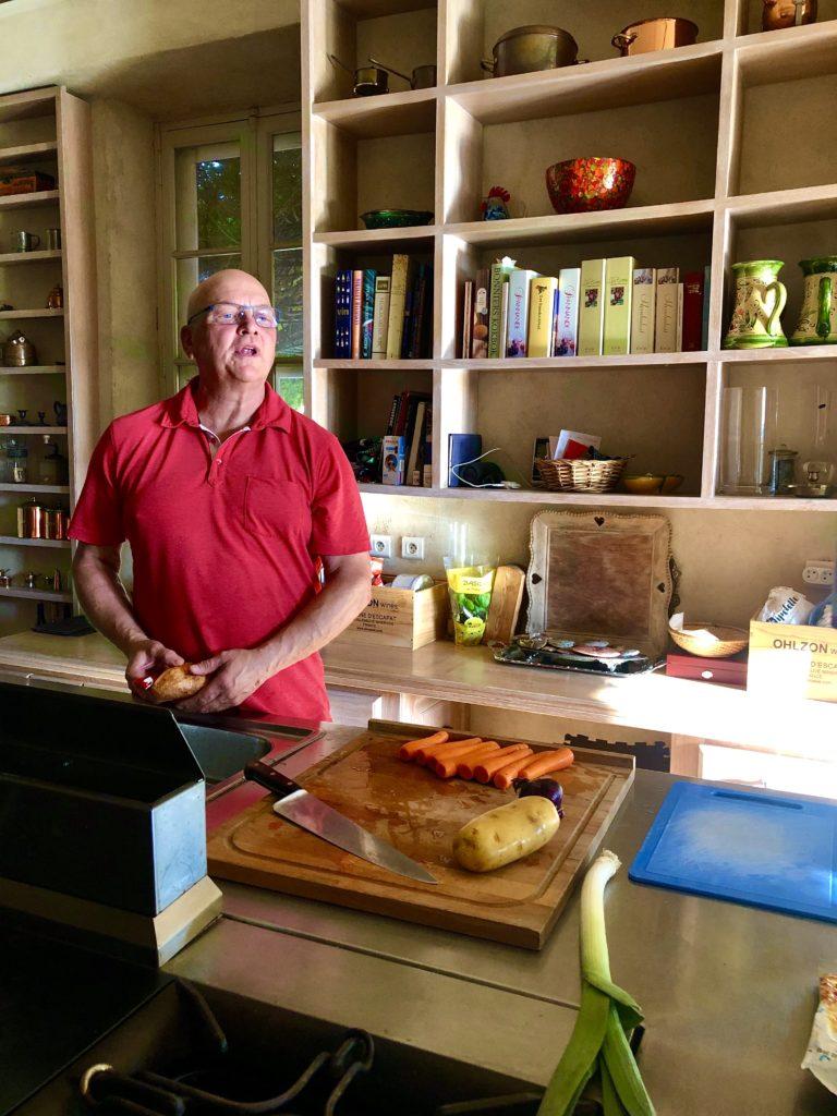 Bruno Ohlzon i köket hemma på Escapat