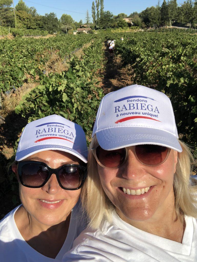 Zahra och Maria i vinfälten på Rabiega